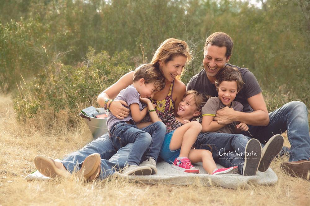 Familia riendo en un campo