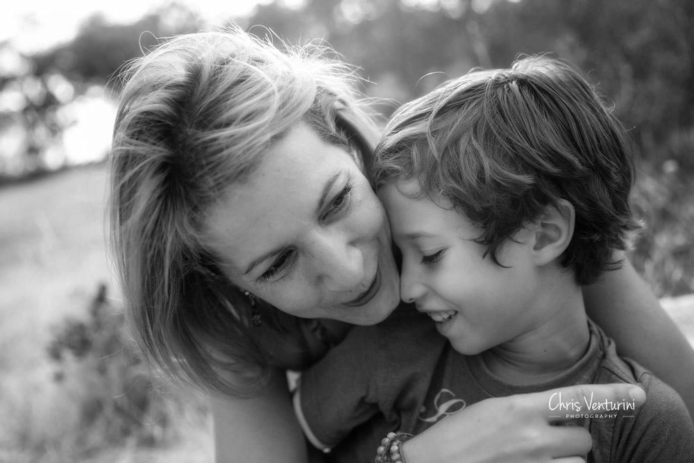 Madre e hijo, abrazados