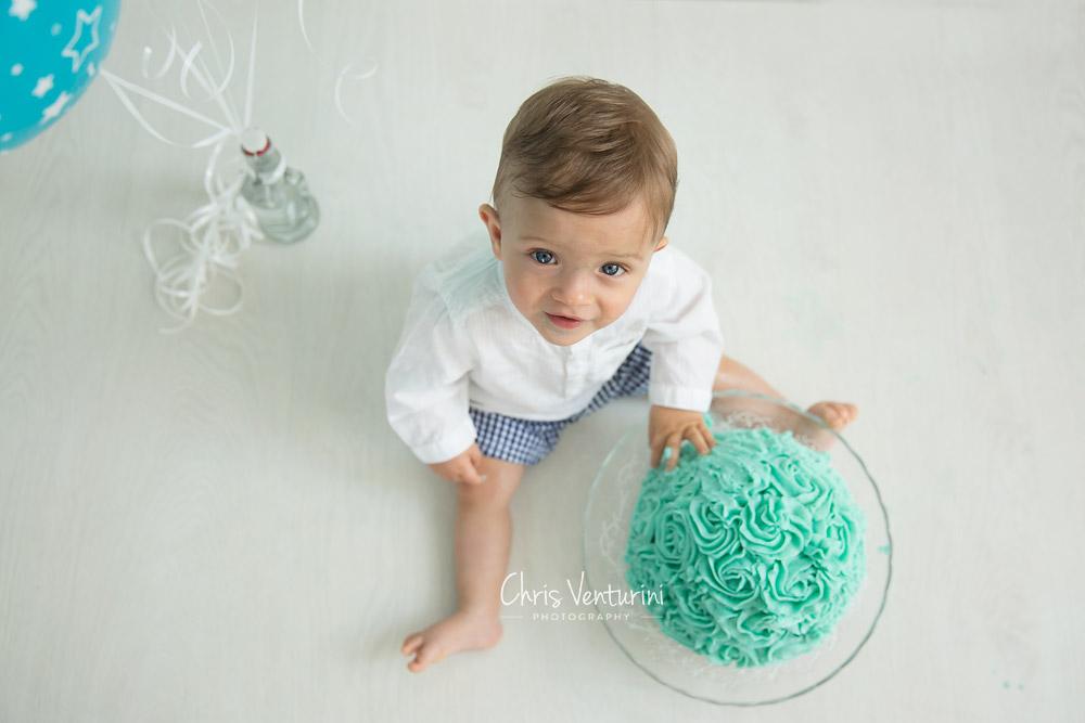 Bebé con su tarta de cumpleaños