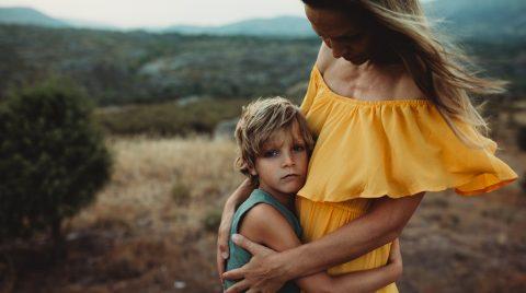 Madre e hijo abrazados en la sierra de Madrid